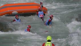 Transportar al muchacho del rescate en balsa almacen de video