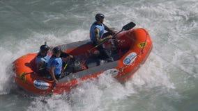 Transportar al muchacho del rescate en balsa