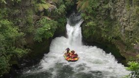 Transportar el río del kaituna en balsa de Nueva Zelanda almacen de video