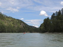Transportar em um verão do rio da montanha Imagem de Stock Royalty Free