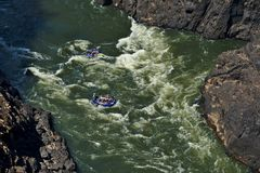 Transportar em Zambezi River Victoria Falls, Zimbabwe Barcos infláveis na corredeira fotografia de stock