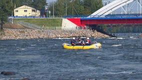 Transportar la competencia en balsa en un río tempestuoso en un verano, día soleado almacen de video