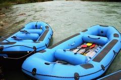 Transportar la raza en balsa en barcos azules Imagen de archivo