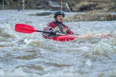 Transportar la raza en balsa en primavera Amata del río, Letonia Gente y barco, w Foto de archivo libre de regalías