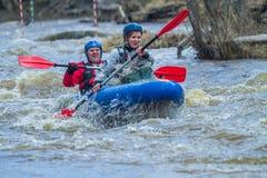 Transportar la raza en balsa en primavera Amata del río, Letonia Gente y barco, w Fotografía de archivo