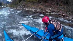 Transportar louco no rio no tempo de mola vídeos de arquivo