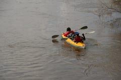 Transportar no rio os turistas nadam no rio da floresta na inundação em uma canoa kayaking na floresta do ponto alto na primavera Fotos de Stock