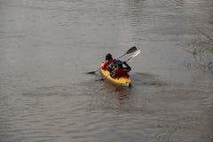 Transportar no rio os turistas nadam no rio da floresta na inundação em uma canoa kayaking na floresta do ponto alto na primavera Imagens de Stock Royalty Free