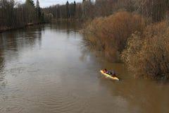 Transportar no rio os turistas nadam no rio da floresta na inundação em uma canoa kayaking na floresta do ponto alto na primavera Imagem de Stock