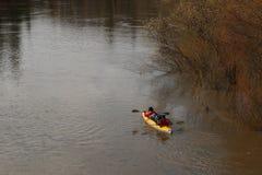 Transportar no rio os turistas nadam no rio da floresta na inundação em uma canoa kayaking na floresta do ponto alto na primavera Foto de Stock