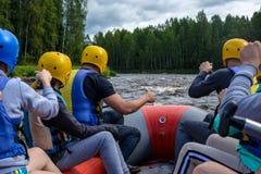 Transportar nos rios de Carélia imagem de stock
