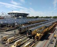 Transportarbetaren går i Corona Rail Yard, Louis Armstrong Stadium Under Construction åt sidan Arthur Ashe Stadium, NYC, NY, USA arkivfoto