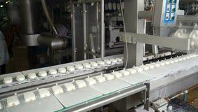 Transportband automatische lijnen voor de productie van roomijs stock videobeelden