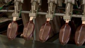 Transportband in de eskimo en roomijsfabriek in verrichting stock video