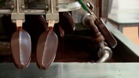 Transportband in de eskimo en roomijsfabriek in verrichting stock footage