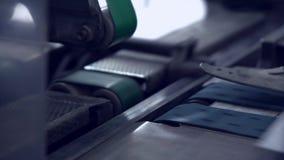 Transportband med det post- kuvertet lager videofilmer