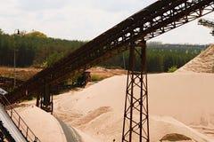 Transportband och sandhögar Konstruktionsbransch Sandvillebråd för bildfoto för kustlinje grön horisontalför sardinia vegetation  Royaltyfri Fotografi