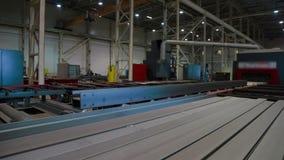 Transportband van Geautomatiseerd machine boring metaal in Industriële fabriek stock videobeelden