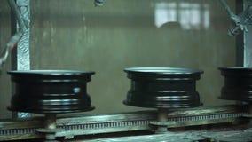 Transportband van nieuwe randen in kamer voor het schilderen stock video
