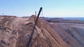 Transportbandconsole van de verspreider tijdens verrichting Vervoer van een lege rots aan een stortplaats stock videobeelden