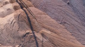 Transportbandconsole van de verspreider tijdens verrichting Vervoer van een lege rots aan een stortplaats stock footage