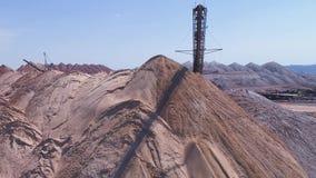 Transportbandconsole van de verspreider tijdens verrichting Vervoer van een lege rots aan een stortplaats stock video