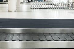 Transportbandet i ankomster är slö av flygplatstermina royaltyfria bilder
