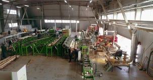 Transportbandlijn bij een algemeen plan van de houtbewerkingsfabriek, het werk proces in een zaagmolenworkshop stock videobeelden