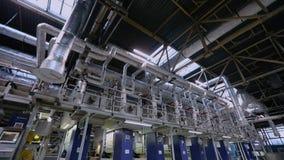 Transportbandlijn van behangproductie, behangproductie-installatie, moderne behangproductie-installatie stock video