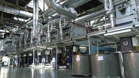 Transportbandlijn van behangproductie, behangproductie-installatie, moderne behangproductie-installatie stock footage