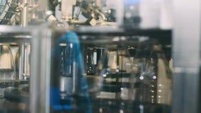 Transportbandlijn voor het gieten van zuivelproducten in plastic flessen bij een melkfabriek in resolutie volledig-HD in slowmoti stock footage