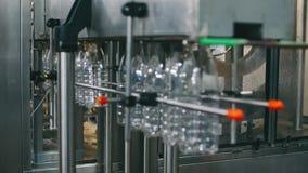Transportbandlijn voor het gieten van zuivelproducten in plastic flessen bij een melkfabriek in resolutie volledig-HD in slowmoti stock videobeelden