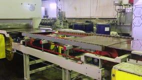 Transportbandlijn voor keramische tegel bij een fabriek Het proces om keramische tegels, de industrieconcept te maken stock videobeelden