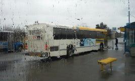 Transportbuss i regnet Arkivfoto