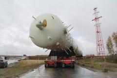 Transportdestillationskolonne auf dem Weg zu einem petrochemischen Werk Ausrüstung für Korrektur lizenzfreie stockfotografie