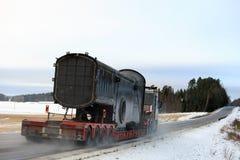 Transporte amplio de la carga del objeto industrial en invierno Fotos de archivo