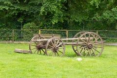 Transporte antiquado deixado em um campo aberto fotos de stock royalty free
