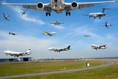 Transporte aéreo - tráfico plano en aeropuerto en la hora punta Fotografía de archivo libre de regalías