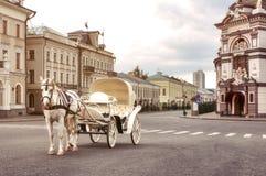 Transporte branco de Emoty com esperas do cavalo branco para turistas no quadrado central, Kazan fotos de stock