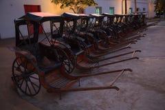 Transporte, carros exhaustos o cochecillo chino tirado de los carritos, jinriksha, modo del vintage del hombre tradicional tailan fotografía de archivo