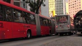 Transporte, ciudad brasileña con las estaciones futuristas de los vidrio-tubos almacen de video