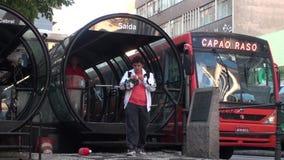 Transporte, ciudad brasile?a con las estaciones futuristas de los vidrio-tubos metrajes