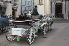 Transporte com cavalos, motorista e turistas em Viena em uma excurs?o sightseeing em torno da cidade imagens de stock royalty free