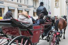 Transporte com cavalos, motorista e turistas em Viena em uma excurs?o sightseeing em torno da cidade foto de stock