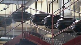 Transporte com os pneus na fábrica Produção dos pneus filme