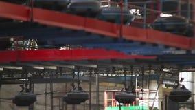 Transporte com os pneus na fábrica Produção dos pneus vídeos de arquivo