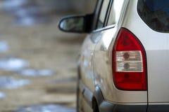 Transporte, conducción y concepto del vehículo de motor - detalle trasero ascendente cercano de la visión de las luces de la para Imágenes de archivo libres de regalías