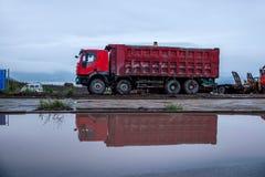 Transporte a construção no local do canteiro de obras da reflexão do caminhão Fotografia de Stock Royalty Free