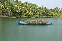 Transporte da canoa das marés Imagem de Stock