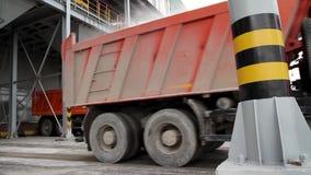 Transporte da carga - caminhão de dois vermelhos no armazém Terminal do armazenamento e do frete Fundo vertical industrial vídeos de arquivo